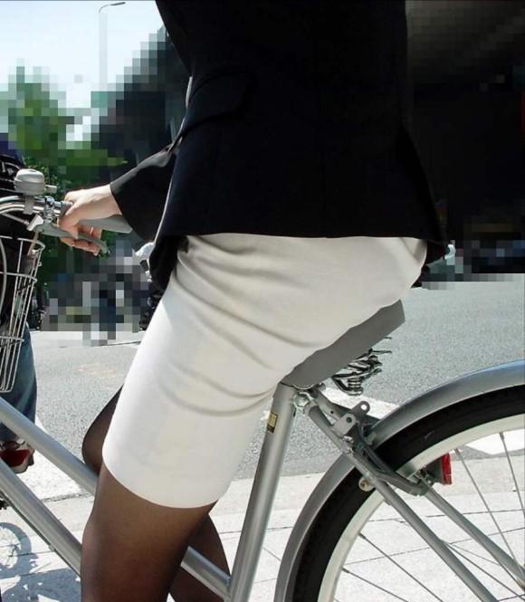リクスー自転車OLのタイトミニ三角パンチラ盗撮エロ画像8枚目