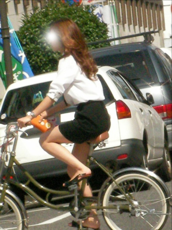 リクスー自転車OLのタイトミニ三角パンチラ盗撮エロ画像11枚目