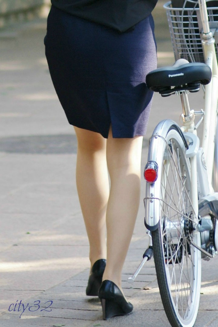 リクスー自転車OLのタイトミニ三角パンチラ盗撮エロ画像16枚目