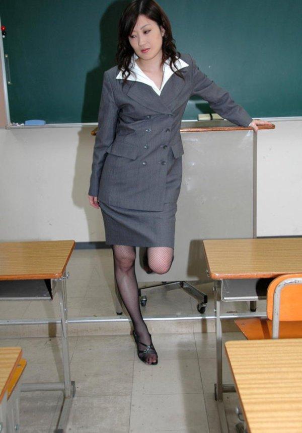 童貞狩りする痴女眼鏡の女教師パンストエロ画像13枚目