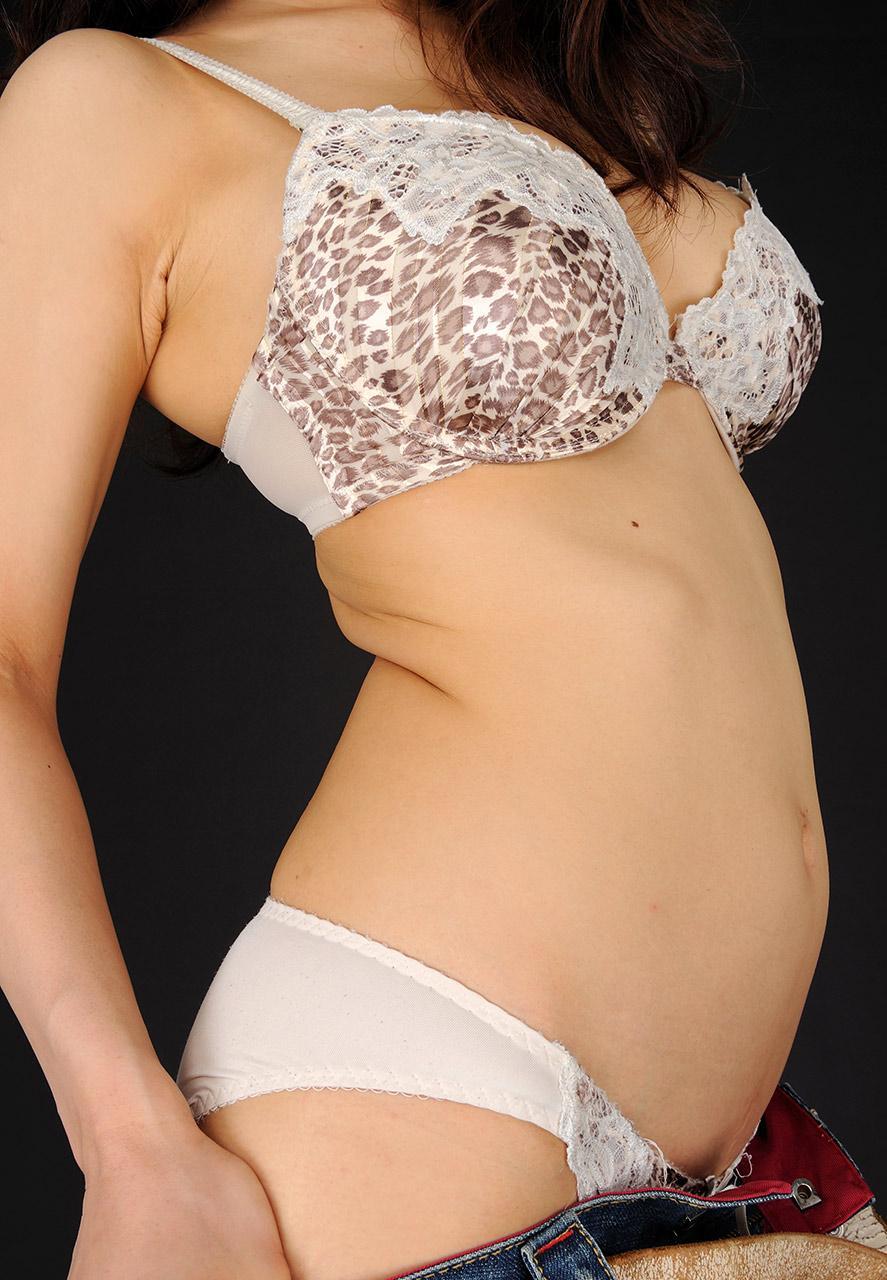先輩・女上司の巨乳とブラジャー姿のOLエロ画像3枚目