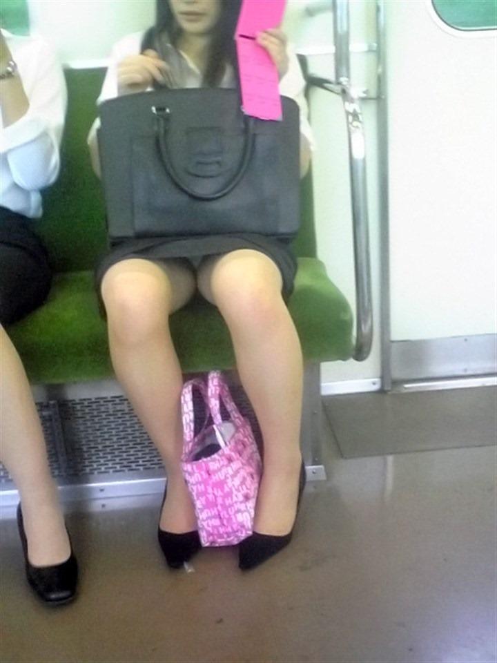 電車内OL座りパンチラとパンスト盗撮エロ画像3枚目