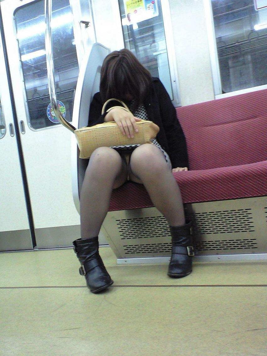 電車内OL座りパンチラとパンスト盗撮エロ画像8枚目