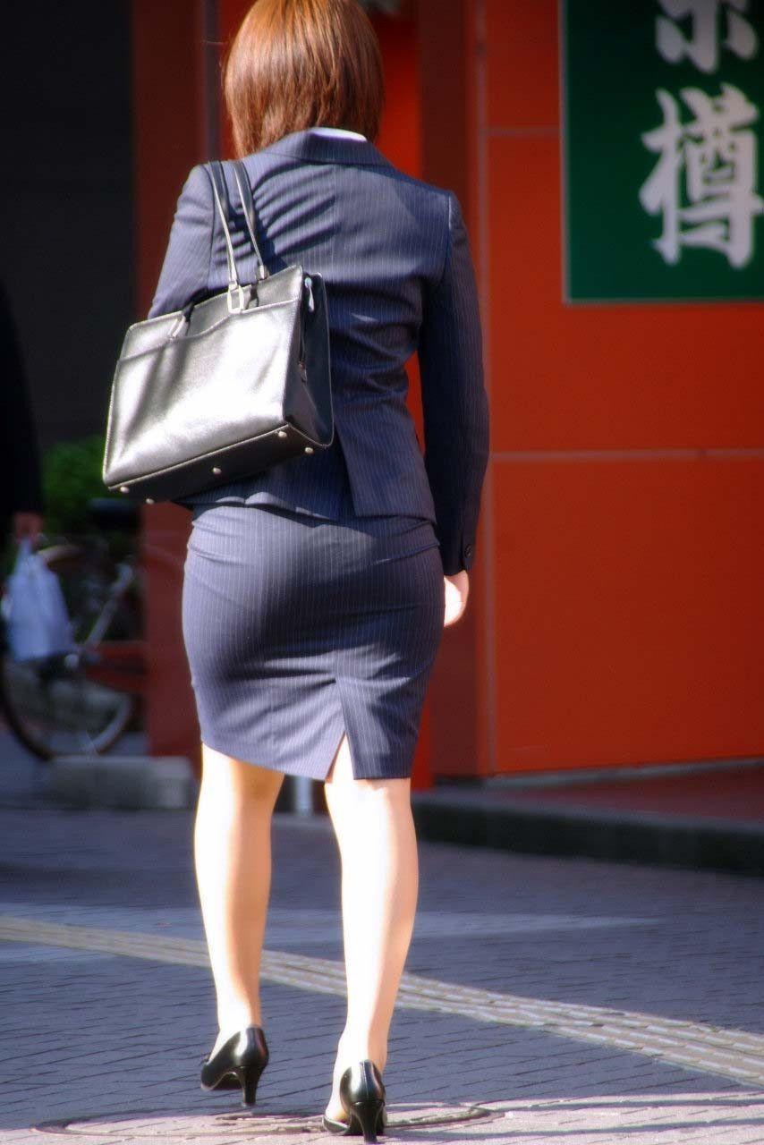 街撮りリクスー巨尻とふくらはぎ盗撮OLエロ画像1枚目