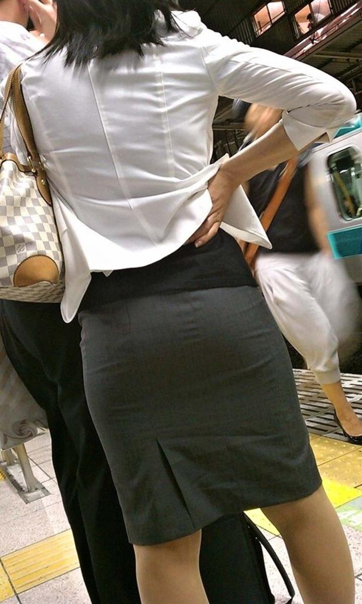 ぴちぴちタイトスカートのリクスー街撮りOL画像4枚目
