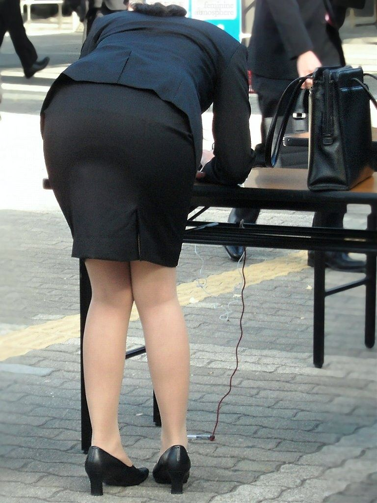 ぴちぴちタイトスカートのリクスー街撮りOL画像7枚目