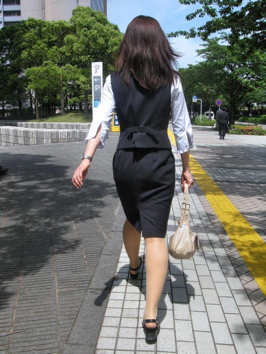 ぴちぴちタイトスカートのリクスー街撮りOL画像15枚目