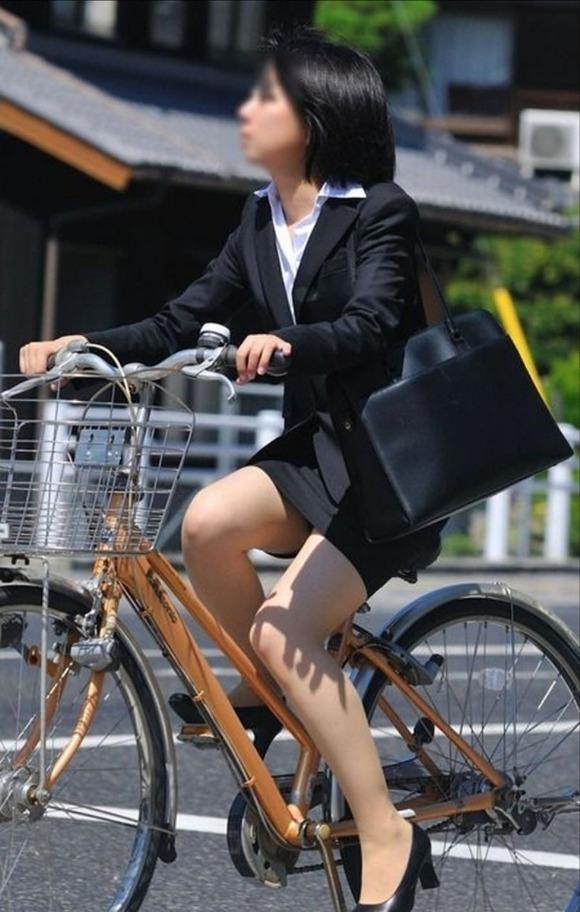 ぴちぴちリクスータイトスカート自転車OL盗撮画像1枚目