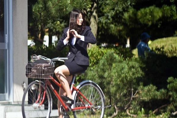 ぴちぴちリクスータイトスカート自転車OL盗撮画像2枚目