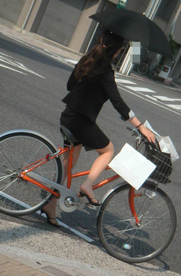 ぴちぴちリクスータイトスカート自転車OL盗撮画像8枚目