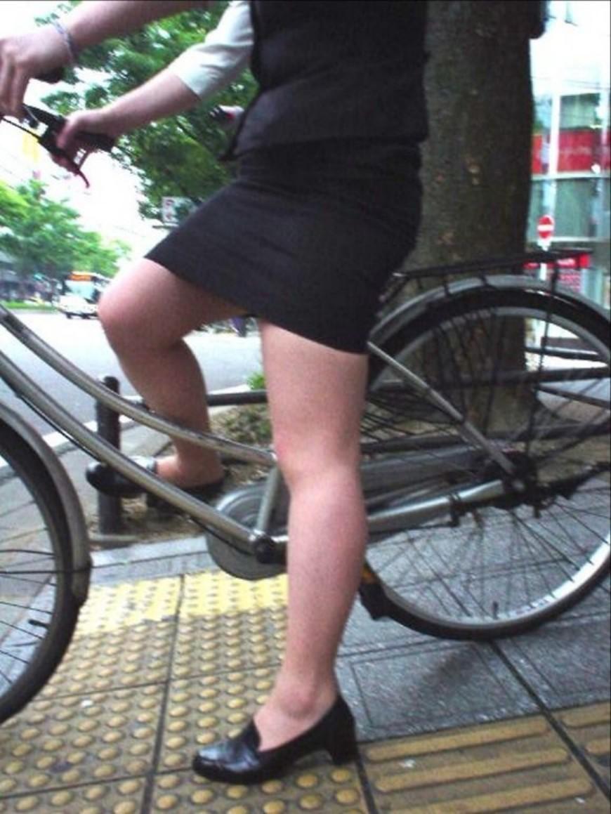 ぴちぴちリクスータイトスカート自転車OL盗撮画像9枚目