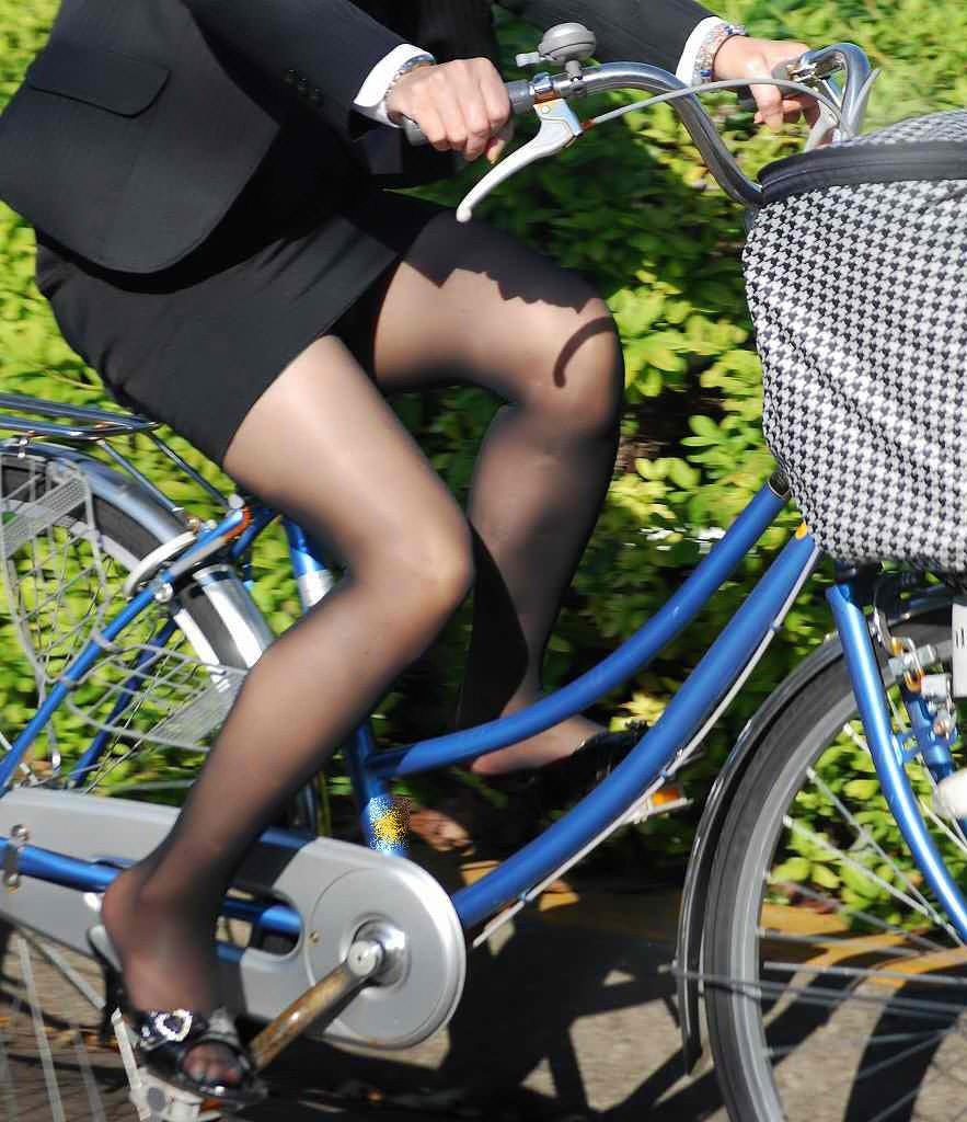 ぴちぴちリクスータイトスカート自転車OL盗撮画像10枚目