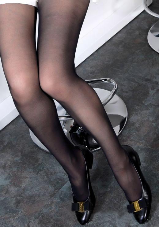 黒パンストの美脚OLのふくらはぎとつま先エロ画像1枚目