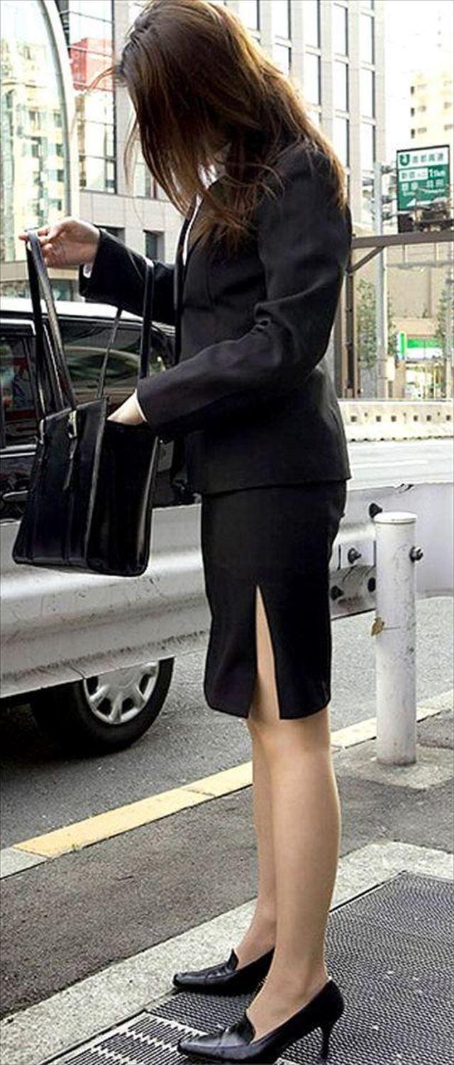 街撮り美脚スリットタイトスカートOL盗撮画像2枚目