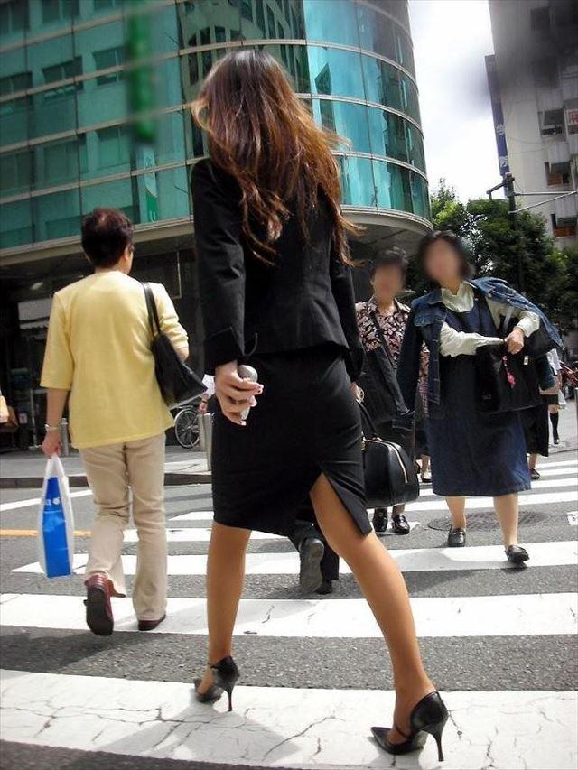 街撮り美脚スリットタイトスカートOL盗撮画像3枚目