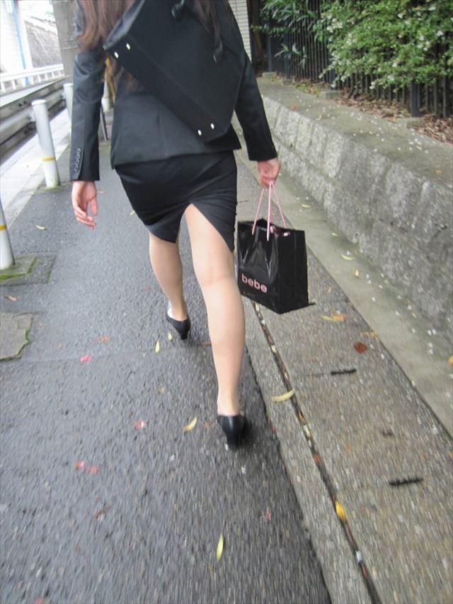 街撮り美脚スリットタイトスカートOL盗撮画像8枚目