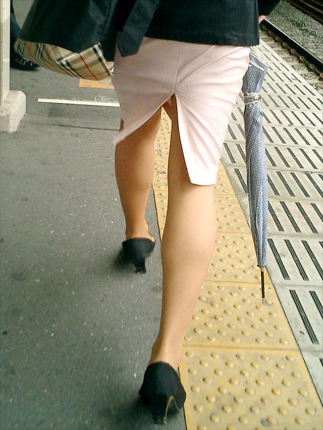街撮り美脚スリットタイトスカートOL盗撮画像15枚目