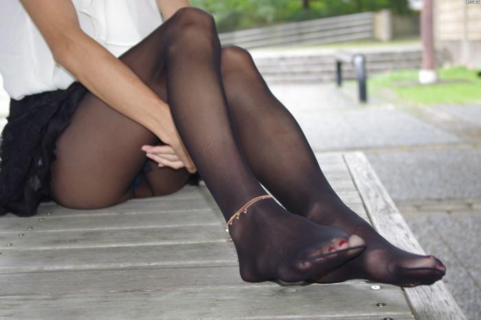 熟女OLの鋭い黒パンストつま先とマニキュア画像1枚目