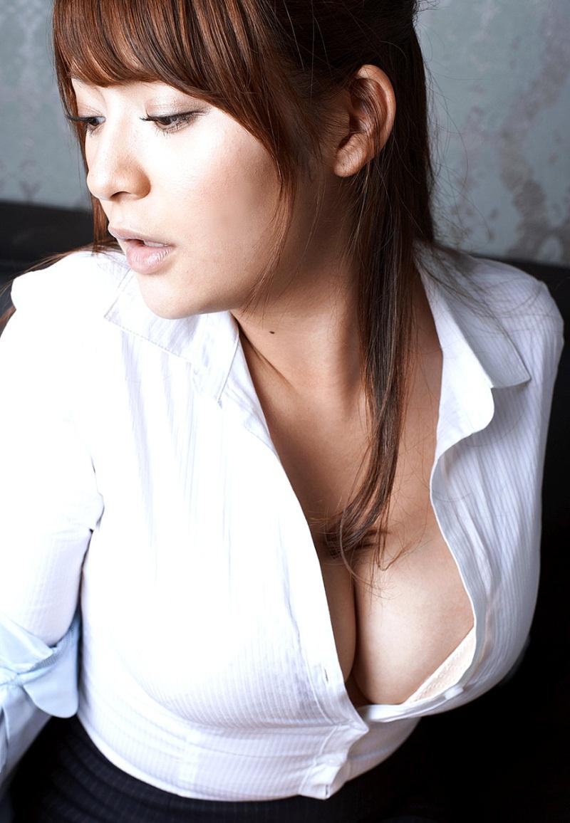 前かがみブラウス胸元溢れる巨乳ブラジャーOL画像4枚目