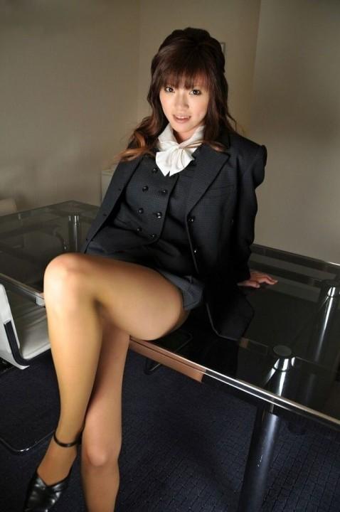 会社のロッカールームで盗撮した美脚OL画像9枚目