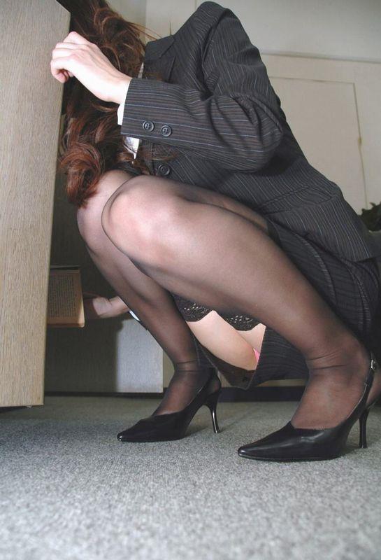 会社のロッカールームで盗撮した美脚OL画像11枚目