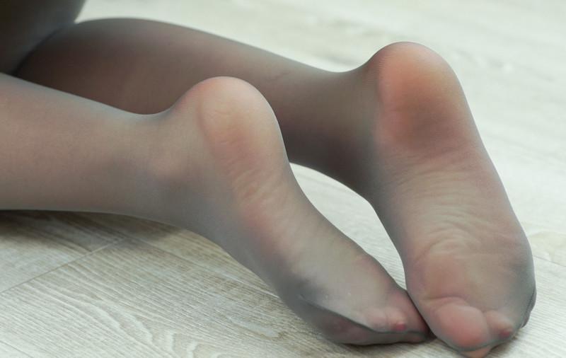OLの巨尻フルバックパンティと臭そうな足裏エロ画像15枚目
