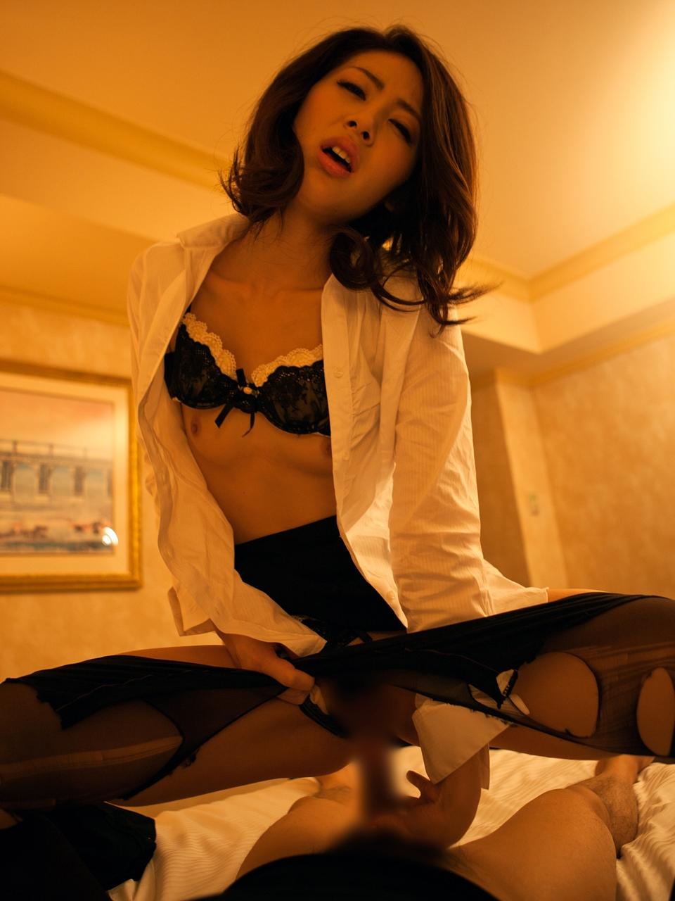 OLの胸の谷間やブラジャー着衣セックス中心の画像9枚目