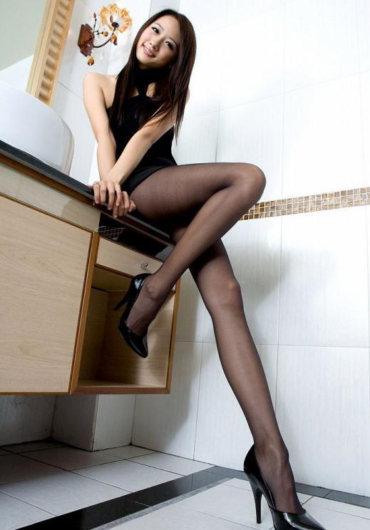 美脚OLの透け黒パンスト姿と巨尻のエロい画像2枚目