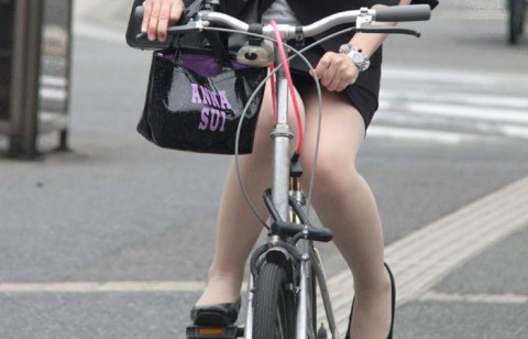 自転車リクスーOLの三角パンチラと太もも盗撮画像2枚目
