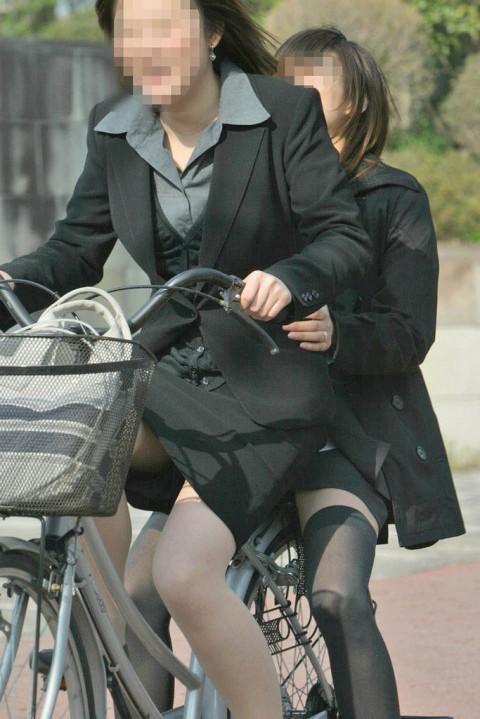 自転車リクスーOLの三角パンチラと太もも盗撮画像6枚目