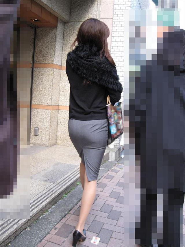 タイトスカートとスリット美脚の街撮り盗撮OL画像1枚目