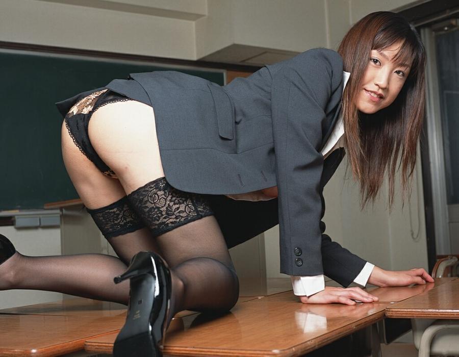教室でパイ射セックスする女教師のエロ画像4枚目