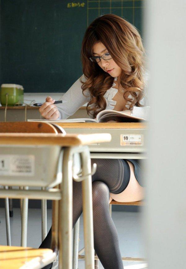 教室でパイ射セックスする女教師のエロ画像14枚目