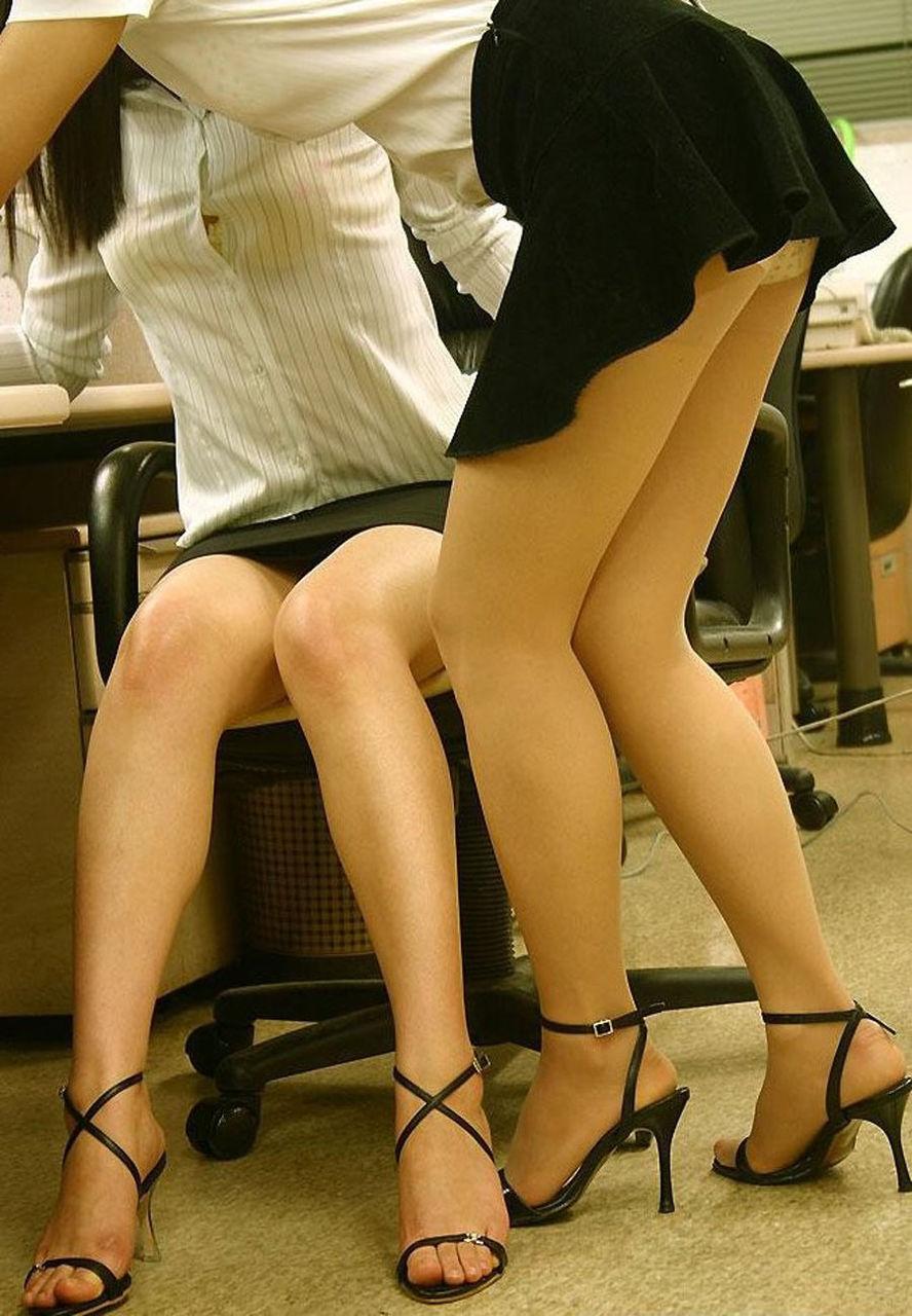 営業中の美脚OLが会社内でセクハラされる画像9枚目