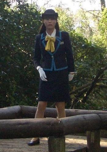 美脚素人バスガイドのタイトスカート盗撮エロ画像3枚目