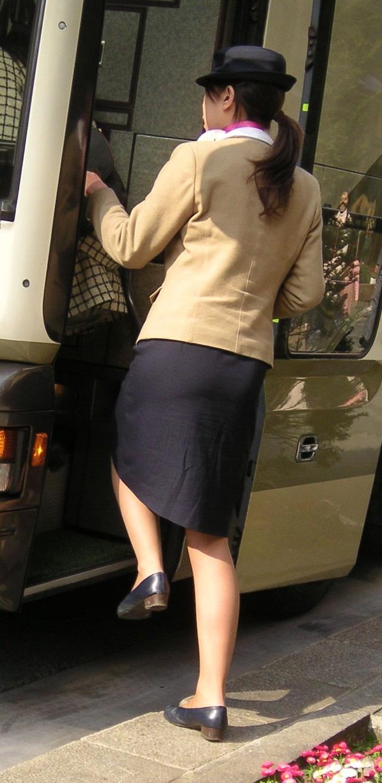 美脚素人バスガイドのタイトスカート盗撮エロ画像4枚目