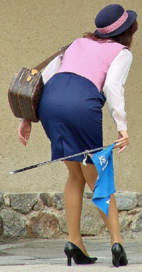 美脚素人バスガイドのタイトスカート盗撮エロ画像6枚目