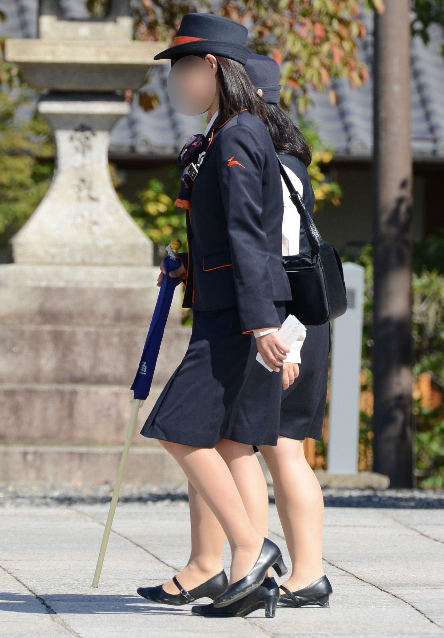 美脚素人バスガイドのタイトスカート盗撮エロ画像9枚目