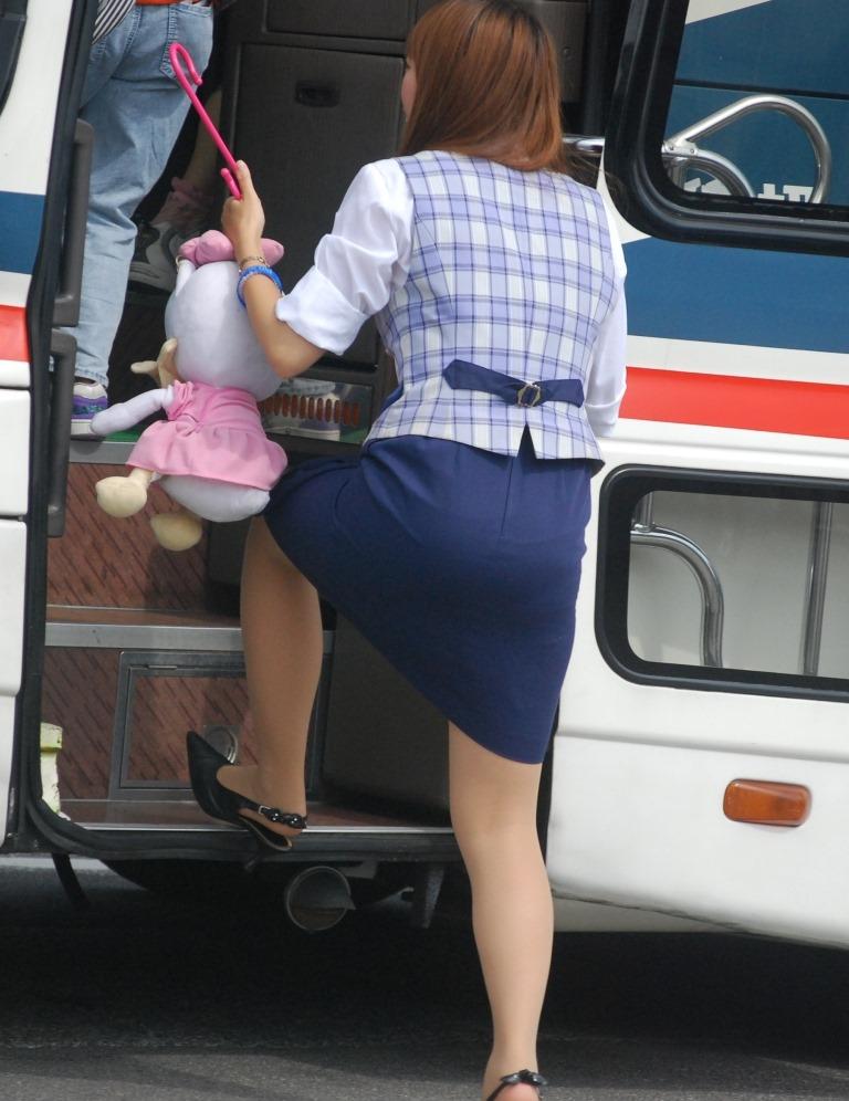 美脚素人バスガイドのタイトスカート盗撮エロ画像16枚目