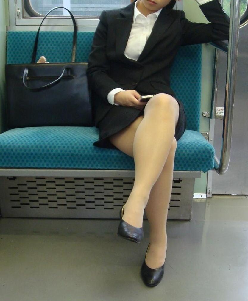 巨乳リクスーOLの電車内対面三角パンチラ盗撮画像1枚目
