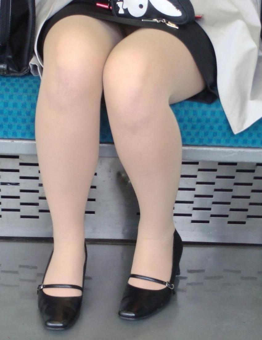 巨乳リクスーOLの電車内対面三角パンチラ盗撮画像3枚目