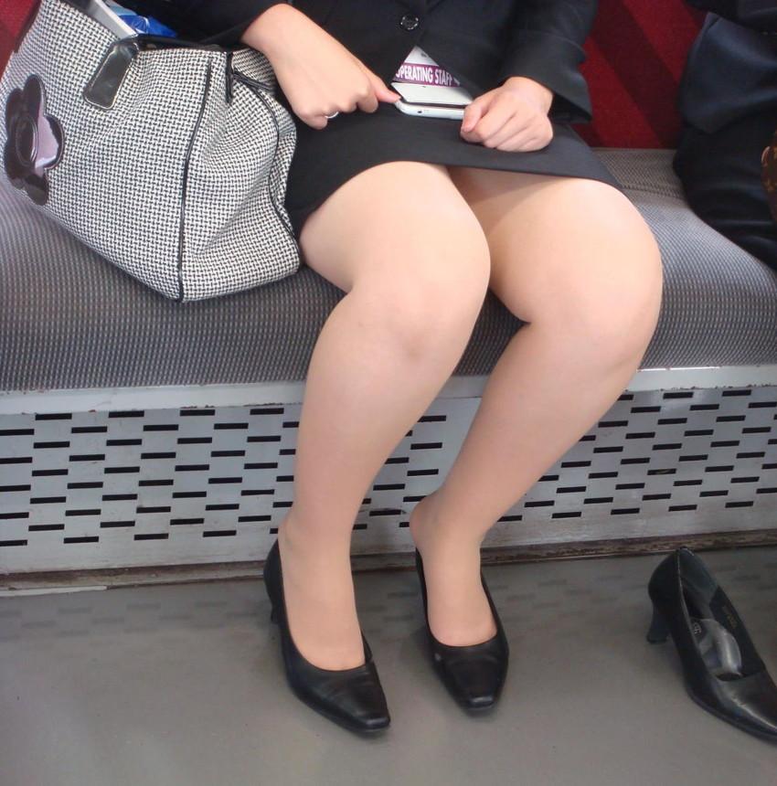 巨乳リクスーOLの電車内対面三角パンチラ盗撮画像7枚目