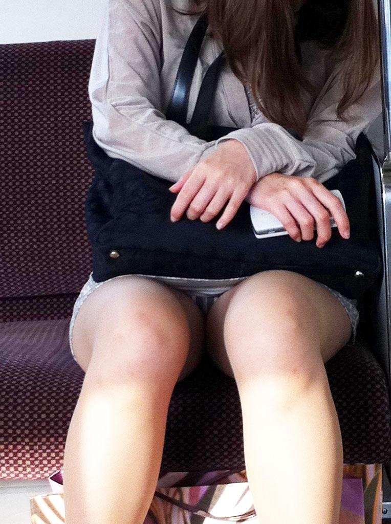 巨乳リクスーOLの電車内対面三角パンチラ盗撮画像11枚目