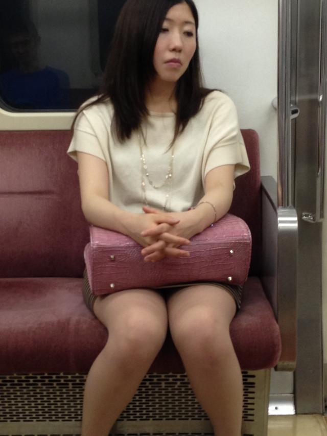 巨乳リクスーOLの電車内対面三角パンチラ盗撮画像12枚目