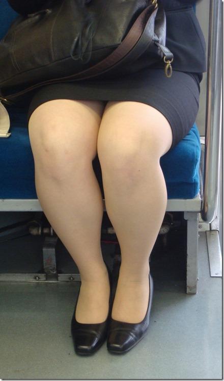 巨乳リクスーOLの電車内対面三角パンチラ盗撮画像13枚目