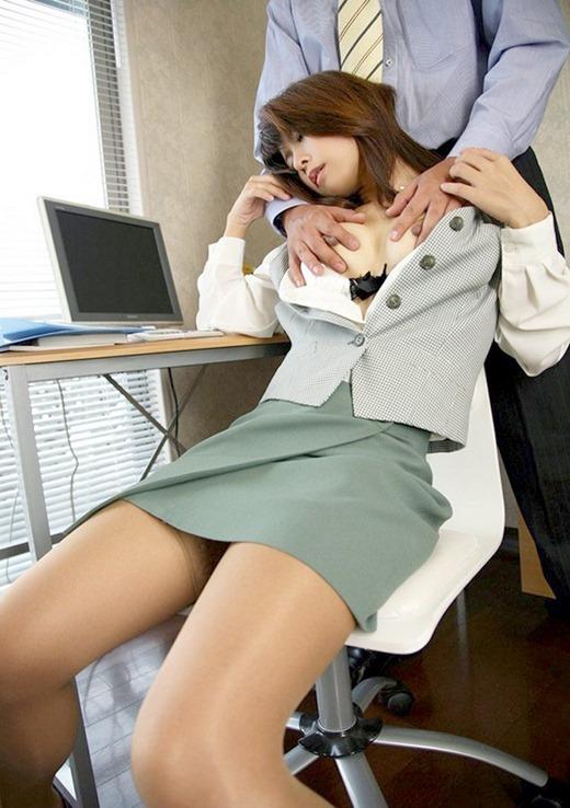 会社内で着衣セックスする黒ブラ眼鏡OL騎乗位画像14枚目