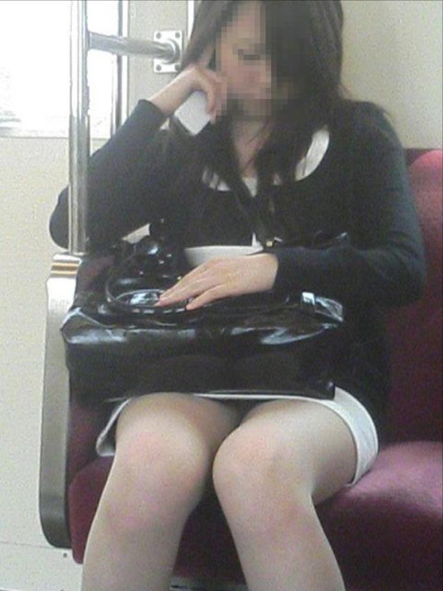 出社前OLの電車内対面三角パンチラ盗撮画像1枚目
