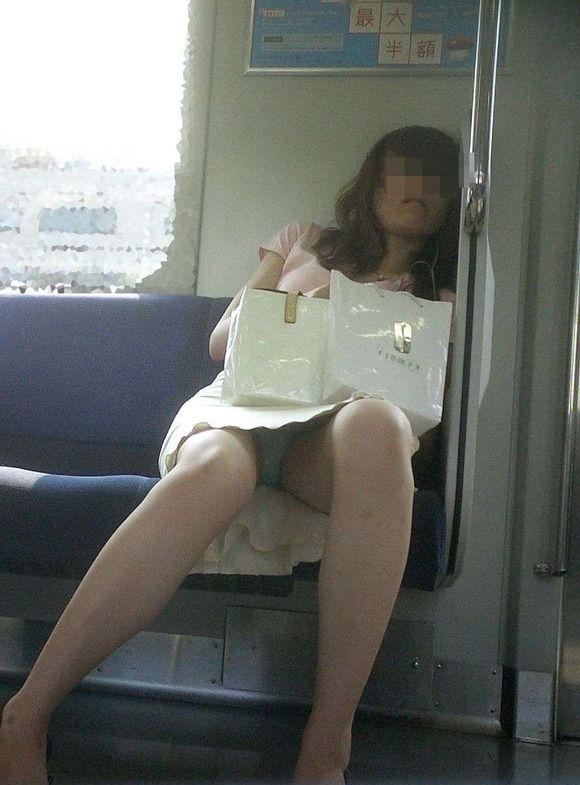 出社前OLの電車内対面三角パンチラ盗撮画像4枚目