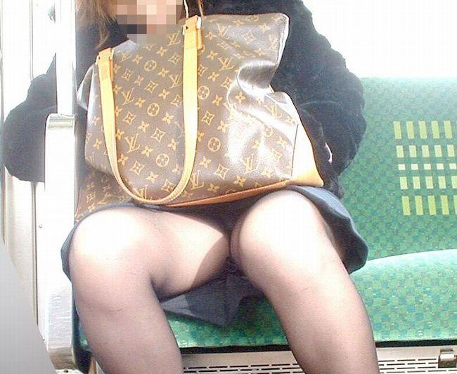 出社前OLの電車内対面三角パンチラ盗撮画像5枚目