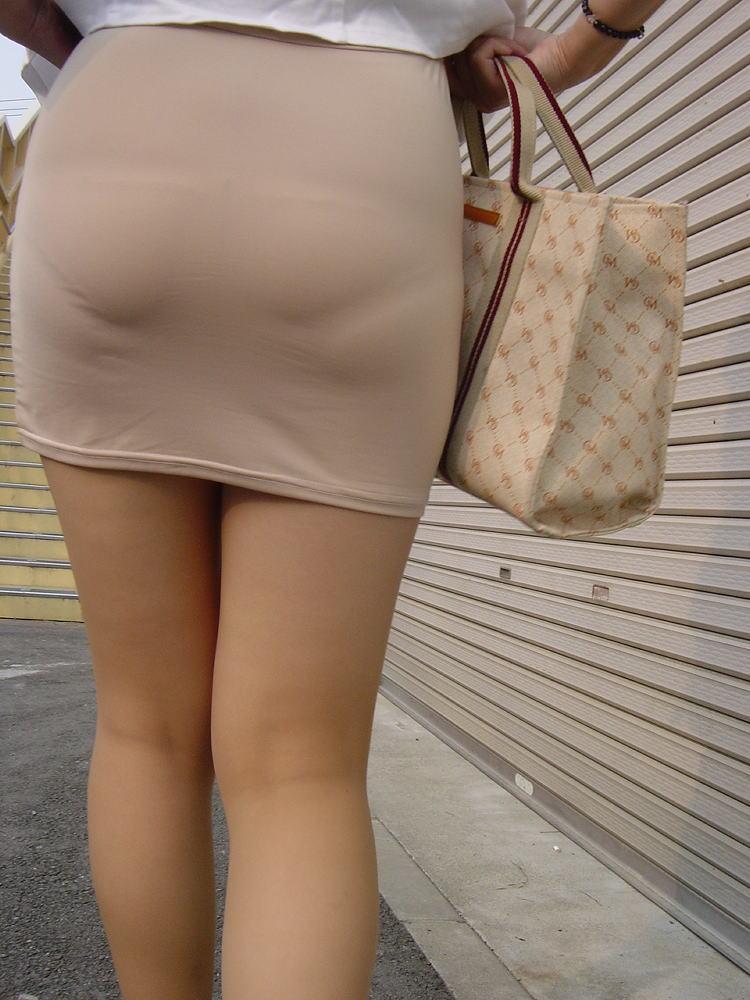 街撮りタイトスカートOLのパンティライン盗撮画像1枚目